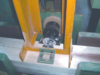 自社の工場にて丸太材を角材に製材加工します。